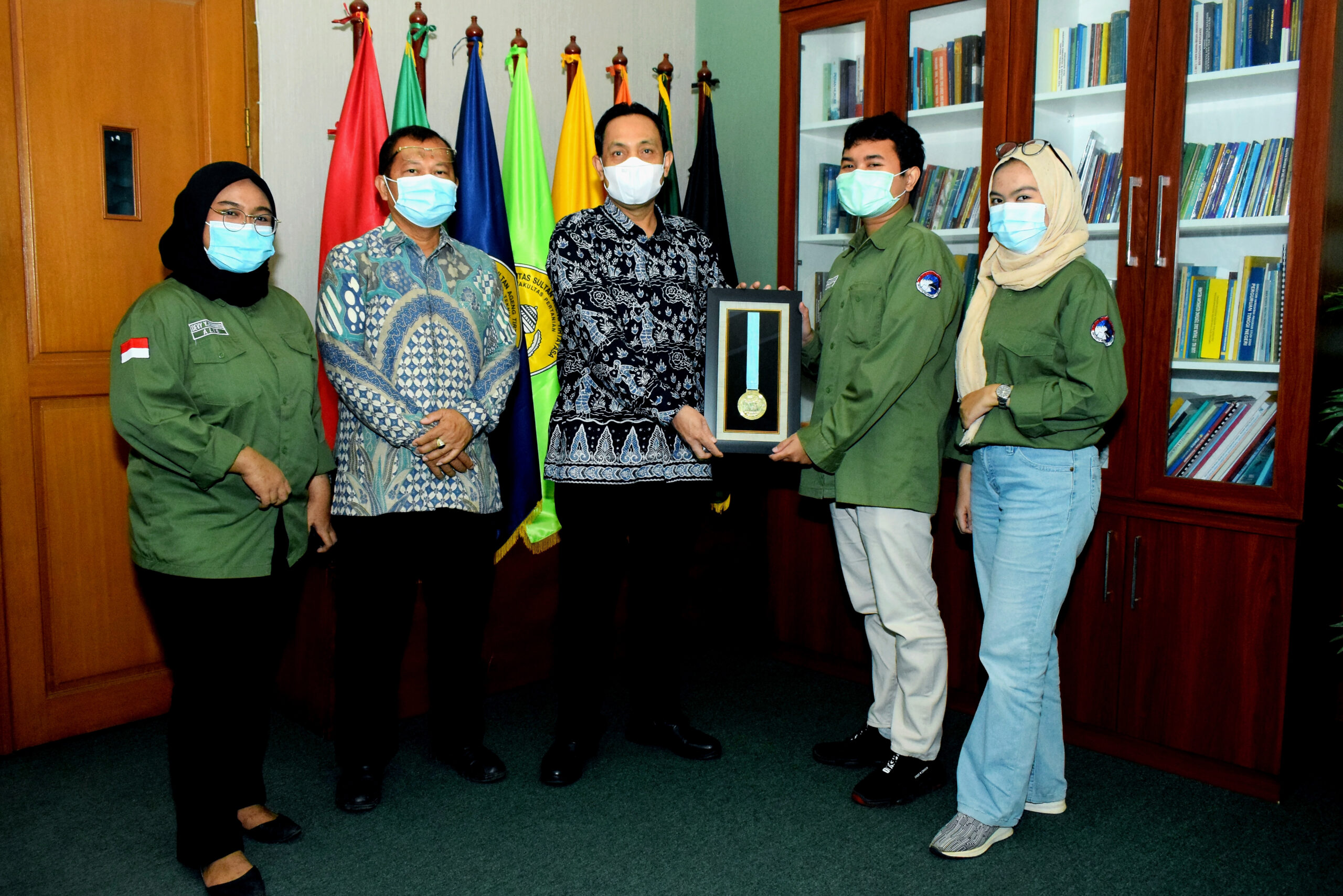Penyerahan Medali Emas PSM Gita Tirtayasa kepada Rektor Untirta untuk Untirta