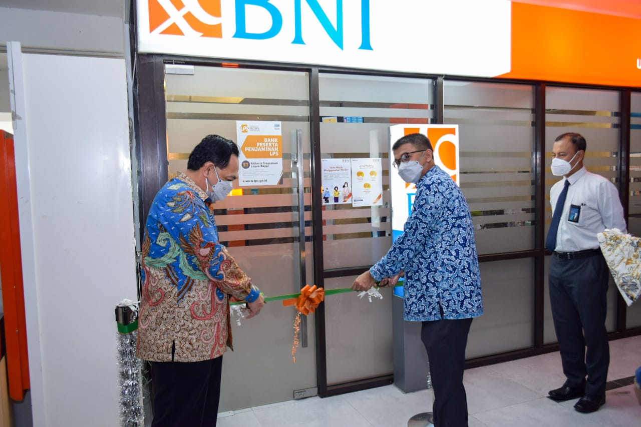 Gunting Pita Rektor Resmikan Launching Kantor KAS BNI Baru di Kampus Untirta Sindangsari